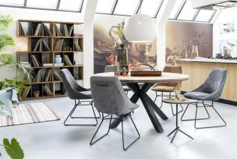 De moderne stoel Aiden is een comfortabele stoel, bestaande uit een poedercoat metalen onderstel en een zitting die bekleed is met kunstleder. De stoel is leverbaar in drie verschillende kleuren, namelijk antraciet, charcoal en cognac. Door verschillende kleuren met elkaar te combineren, creëer je een speelse en eigentijdse sfeer in de eetkamer. Maar je kunt natuurlijk ook voor eenheid gaan en stoelen in dezelfde kleur uitkiezen. Wat jouw stijl ook is, met de stoel Aiden kun je alle kanten op! De Aiden stoel heeft een handvat achter op de rug, wat erg praktisch is en tegelijkertijd zorgt voor een speels karakter. De combinatie van stof en kunstleer op de rug versterkt dat effect.