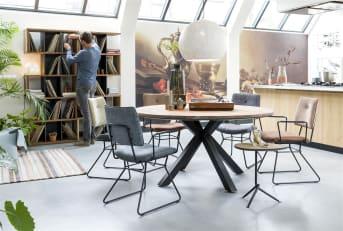 """Envie d'une belle <a href=""""/xn/tables/tables-de-salle-a-manger/"""">table de salle à manger</a> ronde? Optez pour ce modèle en chêne massif et en MDF de la collection Colombo. Cette table dispose d'un plateau rond, d'un diamètre de 150 cm, et d'un pied en métal noir qui se divise en quatre branches. Ce choix esthétique lui confère un style moderne, design, qui lui permet de s'intégrer facilement dans un intérieur contemporain. Téléchargez notre <a href=""""https://depliant.xooon.com/"""">catalogue</a>!"""
