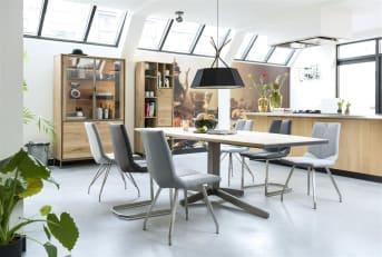 """Découvrez cette chaise en synthétique coloré dotée de pieds en inox. Moderne et design, elle est issue de la collection Artella et offre un confort important lorsque l'on prend un repas. En effet, cette <a href=""""/xn/chaises/chaises-de-salle-a-manger/"""">chaise de salle à manger</a> est idéale autour d'une grande table. Elle trouvera sa place dans un séjour contemporain, où l'on aime jouer avec le mobilier et les matières. Téléchargez notre <a href=""""https://depliant.xooon.com/"""">catalogue</a>!"""