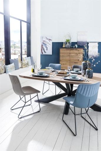 In de Cladio collectie van Happy@Home vind je meerdere eettafels. Dit is met 180 x 100 cm de kleinste tafel. Het tafelblad van Kikarhout heeft een prachtige tekening en is voorzien van afgeronde hoeken. Het meest opvallende echter is de tafelpoot. Danzij de bijzondere vormgeving krijgt de tafel een fraaie design uitstraling.
