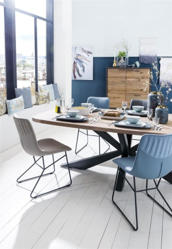 Deze moderne houten eetkamertafel uit de Cladio collectie van Happy@Home is 180 x 100 cm. Het tafelblad van Kikarhout heeft een prachtige vlamtekening. Handig zijn de afgeronde hoeken. De blikvanger van deze tafel echter is de prachtige tafelpoot van zwart metaal met bijzondere vormgeving. Wát een fraaie en praktische blikvanger is deze eettafel!