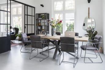 Modern en hip, eetkamerstoel Loet van Henders & Hazel is een graag geziene gast rondom de eetkamertafel. De stoel heeft een eigentijds metalen frame, voorzien van armleuningen. Voor de bekleding is gekozen voor de ledersoort Corsica in de kleur antraciet. Aan tafel!