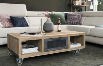 Dieser moderne Couchtisch aus der Vitoria-Kollektion von Henders & Hazel hat dank der Kombination von Holzfurnier und Metall ein schönes, modernes Design. Die Räder unter dem Tisch sind sehr praktisch und machen es einfach den Couchtisch zu verschieben. Wenn Sie Möbel mit einem markanten und modernen Design mögen, dann ist diese Kollektion was für Sie.