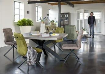 Opvallend aan deze eetkamertafel uit de Maestro collectie van Henders & Hazel is het tafelblad van beton. Daarnaast springt ook de bijzondere vormgeving van de tafelpoot direct in het oog. Al met al een tafel die gezien mag worden. Deze tafel is 150 x 130 cm. De tafelpoot is zowel in hout als zwart metaal leverbaar.