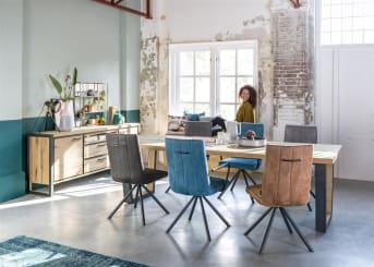 """Ben jij op zoek naar nieuwe <a href=""""/hh/stoelen/eetkamerstoelen/"""">eetkamerstoelen</a>? Wat dacht je van deze prachtige eetkamerstoel Elza? Deze moderne stoel is bekleed met de stof Calabria. Calabria is een microvezelstof, vergelijkbaar met zacht suède. De stoel is leverbaar in vier verschillende kleuren: antraciet, charcoal, cognac en petrol. Deze eigentijdse stoel heeft een zwart metalen poot en kan optioneel worden voorzien van armleuningen. Praktisch is ook het handvat achter op de rug van de stoel. Hierdoor schuif je makkelijk de stoel af en aan. Tevens zorgt het handvat voor een speels karakter. De doorgestikte naden rondom de stoel vormen de finishing touch. De eetkamerstoel Elza is een aanwinst voor ieder interieur."""