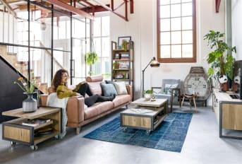 Dieser 3,5-Sitzer Praia von Henders & Hazel XL bietet Platz mit einer sehr bequemen Sitzgelegenheit. Die Bank verfügt über ein schönes, modernes Design mit klaren Linien. Trotz des modernen Looks passt das Sofa in fast jedes Interieur. Denn Sie können wählen, womit das Sofa bezogen wird. Stoff oder Leder, es kann beides sein. Auch die Eichen-Beine sind in drei Farben erhältlich. Wählen Sie selbst, was am besten zu Ihrer Einrichtung passt.