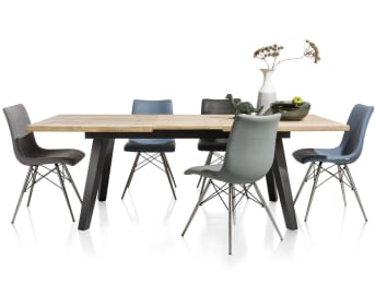 """Cette <a href=""""/xn/tables/tables-de-salle-a-manger/"""">table de salle à manger</a> de la collection Kinna est très astucieuse: elle dispose d'une rallonge qui lui permet d'atteindre une largeur de 230 cm! Tout en bois, elle dispose d'un plateau couleur naturel et de pieds noirs. Elle affiche donc un style moderne et design. Vous pourrez lui associer des chaises du catalogue Xooon qui compléteront à merveille l'aménagement de ce coin repas. Téléchargez notre <a href=""""https://depliant.xooon.com/"""">catalogue</a>!"""
