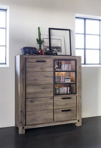 Das Highboard aus der Maitre-Kollektion von Henders & Hazel hat viel Stauraum. Der Schrank hat 1 geschlossene Tür, 1 Glastür und 2 Schubladen. Die Glastür ist ideal für die Präsentation schöner Wohndekos und dank der integrierten LED-Beleuchtung wird alles noch besser sichtbar. Für die Veredelung stehen Ihnen 4 warme Holzfarben zur Auswahl. Mögen Sie es industriell und robust? Wählen Sie dann eine Betonplatte für die Oberseite. Optional kann der Schrank mit Holzgriffen in der Farbe des Schrankes und LED-Bodenbeleuchtung ausgestattet werden.