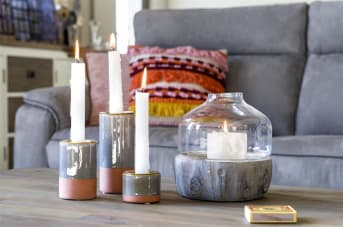 """Windlicht """"LARIX"""" past perfect in ieder industrieel en Scandinavisch interieur! Het item heeft een robuuste onderkant gemaakt van cement, maar met een outdoor boomstaf inprint, en een elegante bovenkant van glas. Windlicht """"LARIX"""" van COCO maison is verkrijgbaar in 2 formaten."""