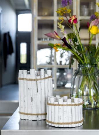 Der Kerzenleuchter PIERRE zeigt sich in seinem Design sowohl robust als auch skandinavisch. Er sieht aus wie ein Baumstamm, ist jedoch aus Zement hergestellt. Das ist doch echt was Besonderes. Die weißen Stämmchen aus Zement sind zur Zierde mit einem robusten Jute-Seil zusammengebunden. PIERRE von COCO maison ist in zwei Größen erhältlich.