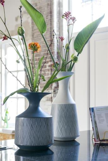Élégant, le vase Dagny small gris de la collection COCO Maison affiche un subtil motif rayé réalisé à la main. Il fait également office de décoration d'intérieur, associé à d'autres objets COCO Maison de la même gamme, par exemple.