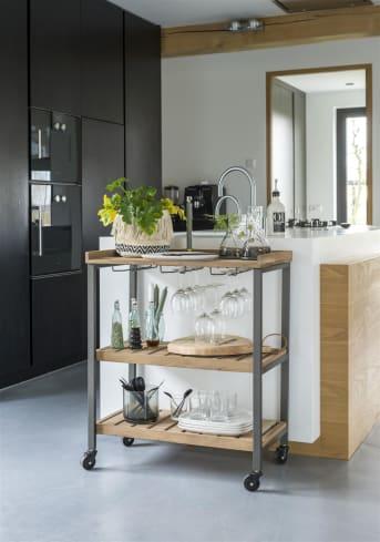 Les dessertes sont non seulement pratiques, mais aussi ultra tendance. Le modèle Ravi signé COCO Maison est robuste, tout de bois et de métal noir. Bien entendu, il est équipé de roulettes et d'un rangement pour les verres. Pourquoi ne pas l'utiliser comme bar?