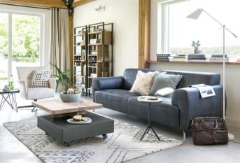 Dieser geräumige und moderne 3,5-Sitzer Baltimore bietet einen optimalen Sitzkomfort. Das Sofa kann entweder mit Stoff oder Leder bezogen werden, und Sie können aus vielen verschiedenen Typen und Farben wählen. Aber es gibt noch mehr zu wählen, denn es gibt vier verschiedene Füße, die diesem Sofa den letzten Schliff geben. Und für zusätzlichen Komfort wählen Sie einen Taschenfederkern.
