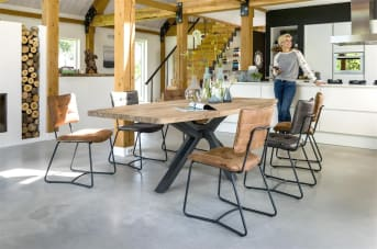 Deze moderne eetkamerstoel heet Julien. Opvallend aan deze stoel van Henders & Hazel is het ranke zwart metalen frame. Dit geeft de stoel een eigentijds design en is voorzien van armleuningen. De rugleuning en zitting zijn gecapitoneerd en hebben opvallende stiknaden, waardoor het geheel een lekkere stoere uitstraling heeft. Voor de bekleding is gekozen voor de microvezelstof Corsica in de kleur antraciet. De stoel is in meerdere uitvoeringen en modellen leverbaar.