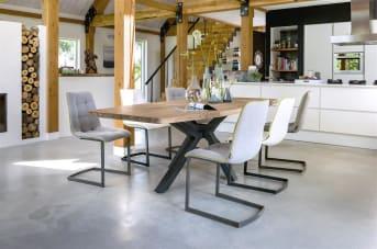 Zoek je een eetkamertafel met natuurlijke uitstraling en opvallende details? Dan is deze houten eetkamertafel uit de Quebec collectie van Henders & Hazel een aanrader. De tafel is 240 x 100 cm en gemaakt van Kikarhout, een duurzame houtsoort met een prachtige tekening en mooie structuur. Het meest opvallende aan deze tafel is echter de vormgeving van de tafelpoot: een beetje stoer, een beetje design. Echt een aanwinst voor het interieur.