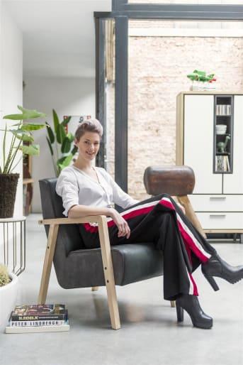 Suchst du für deine Wohnlandschaft einen Designer Sessel mit Armlehnen aus Holz? Dann wird der Designer Sessel BUENO dich begeistern! Auch die Sesselbeine dieses Möbelklassikers sind aus hochwertigem Holz hergestellt und verleihen dem Polstermöbel so einen robusten und kräftigen Look. Passt in deine Wohnlandschaft besser ein Designer Sessel in Schwarz, Weiß oder in einem mattem Braun? Du hast die Qual der Wahl! In einem Farbton sieht der Designer Sessel BUENO schicker aus als im anderen!  Der Designer Sessel ist eine gelungene Symbiose aus Klassik und Moderne und wertet nahezu jede Wohnlandschaft mit Leichtigkeit auf. Bereite dich einen Tee zu, schließe die Augen, und genieße den Komfort von deinem robusten und modischen Designer Sessel BUENO mit Armlehnen und Beinen aus Holz!
