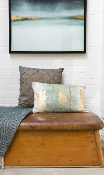Dieses rechteckige Kissen FANCY CACTUS von COCO maison macht seinem Namen alle Ehre! Auf einem schönen melierten Grün mit weißem Hintergrund ist ein schicker Druck goldener Kakteen in Silber mit Goldfoliendruck. Die Rückseite des Kissens ist einheitlich cremefarben.