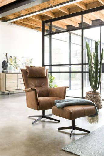 Richtig trendy - das ist dieser Hocker aus der Carola-Kollektion. Modernes Design, Stoff- oder Lederwahl und zwei verschiedene Füße zur Auswahl. Schön in Kombination mit einem der beiden passenden Sessel, oder vielleicht sogar mit beiden?