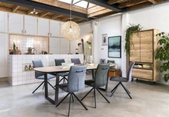 Eetkamerstoel Valerie van Henders & Hazel heeft een strak eigentijds design. Vooral het ontwerp van de zwart metalen stoelpoot valt op. De stoel is bekleed met de stof Kibo in de kleur antraciet. Kibo is een mooie microvezelstof die oogt als geschuurd leer. In deze uitvoering is de stoel snel leverbaar.