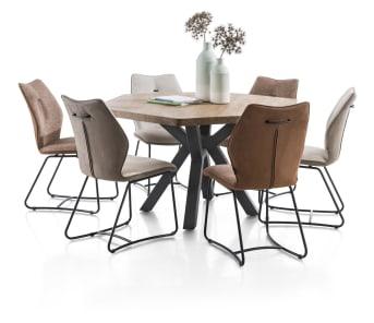 De eigentijdse eetkamerstoel Jason van Henders & Hazel bestaat uit een fraaie mix van materialen. De stoel heeft een zwart metalen frame, waarop een modern vormgegeven kuip rust. De achterzijde is bekleed met stof Kibo, de voorzijde met de stof Fantasy, beide in de kleur antraciet.
