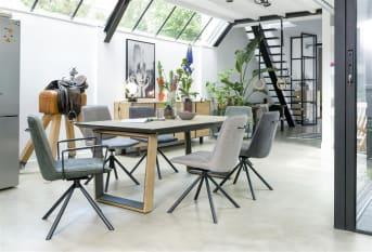 Cette chaise moderne de salle à manger Brody de la marque H&H affiche un splendide design contemporain, avec ses accoudoirs en métal noir et sa structure noire. Ce modèle se distingue par ses différents tissus : l'avant est recouvert d'un tissu Savannah, l'arrière d'un tissu Kibo, tous deux dans la teinte anthracite. Le dossier de cette chaise est équipé d'une poignée pratique. Cette version est disponible rapidement.