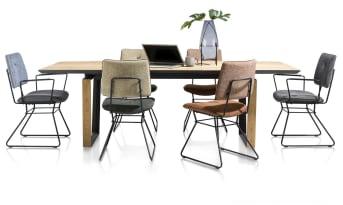 """Si vous cherchez une <a href=""""/xn/chaises/chaises-de-salle-a-manger/"""">chaise de salle à manger</a> originale et design, ce modèle de la collection Otis est fait pour vous. Cette chaise est dotée d'un cadre en métal noir. Son assise et son dossier son recouverts de deux tissus différents. Ce mélange des matières apporte à cette chaise un caractère singulier. Elle est disponible en plusieurs coloris, afin que vous trouviez un mobilier adapté à vos goûts. Téléchargez notre <a href=""""https://depliant.xooon.com/"""">catalogue</a> !"""