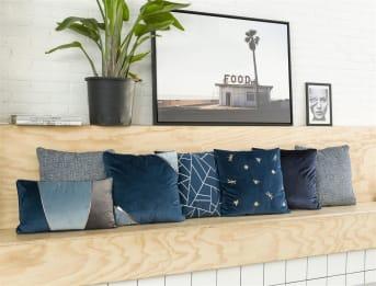 Das Kissen SALON passt wunderbar in dem aktuellen Velvet-Trend! Das Kissen von COCO maison wartet mit einem herrlichen, tiefblauen Ton auf und wird damit zum Augenschmaus. Durch seine ruhige Uni-Farbe kann dieses Zierkissen wunderbar mit anderen Zierkissen mit Aufdruck kombiniert werden. Das Format ist 45 x 45 cm und das Kissen wird inklusive Füllung verkauft.