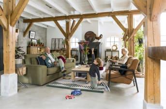 Cette table de salon robuste en bois de la collection Farmland signée Henders and Hazel est équipée de roues pratiques avec freins, adaptées aux sols en laminé et aux carrelages. Ce modèle se distingue par les touches métalliques, qui lui confèrent une allure robuste. Pratique, le tiroir accueille vos sous-verres et vos télécommandes, par exemple. Ce meuble en bois et en placage de chêne présente une finition de teinte Railway Brown.