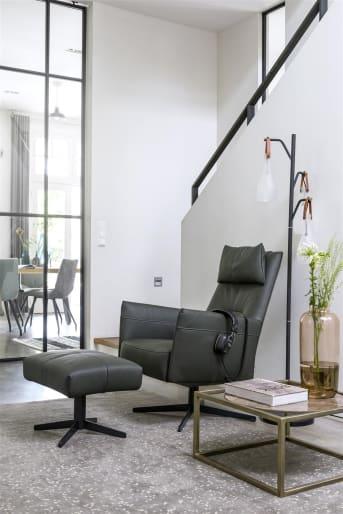 """Fauteuil """"MATERA"""" is een prachtige, moderne fauteuil die in vele interieurstijlen goed tot zijn recht komt. """"MATERA"""" heeft een hoge rugleuning, smalle armleuningen en een stoere, metalen draaipoot. Fauteuil """"MATERA"""" is verkrijgbaar in verschillende kleuren en stoffen met een zilverkleurige of zwarte sterpoot."""