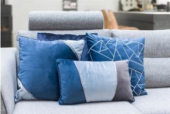 """Kussen """"QUINCY"""" van COCO maison is een prachtig blauw velvet kussen met een subtiel modern diagonaal ontwerp. Twee hoeken zijn namelijk voorzien van een lichter blauwe velvet stof, afgezet met zilverkleurige sierrand. """"QUINCY"""" is mooi te combineren met de andere uitvoeringen van dit sierkussen. Afmeting: 45 x 45 cm. """"QUINCY"""" wordt geleverd inclusief vulling."""