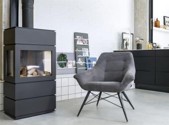 Ravenna ist ein wunderbar bequemer Sessel mit zeitgemäßer Optik. Dieser bequeme Sesser von Henders & Hazel hat einen schwarzen Metallrahmen und ist mit dem Stoff Kibo in der Farbe Anthrazit gepolstert. Wenn Sie sich für den Ravenna-Sessel in dieser Version entscheiden, ist er schnell verfügbar.