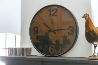 Wandklok SAMUEL van COCO maison is de perfecte klok voor bij een stoere inrichting. SAMUEL is zwart met roestbruin en heeft een leuk design van puzzelstukjes op de wijzerplaat. SAMUEL heeft een diameter van maar liefst 75 cm en is daarmee een flinke klok!