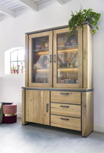 H&H revisite le vaisselier traditionnel avec ce modèle de la collection Farmland en bois de chêne et chêne plaqué. Notez les détails métalliques qui soulignent son allure robuste. Ce meuble est doté de deux vitrines avec éclairage LED, d'un espace avec porte et de trois tiroirs. Un atout à la fois élégant et pratique pour votre intérieur.