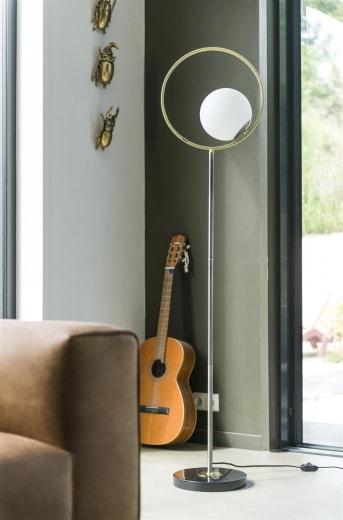 Vloerlamp LEAH van COCO maison is elegant vormgegeven en sterk qua design. LEAH heeft een goudkleurige ring rondom de bol, gemaakt van wit melkglas. Hierdoor geeft de lamp een fijn, diffuus licht. De vloerlamp bevat een smalle poot en is voorzien van zwart snoer met dimmer. LEAH wordt geleverd exclusief lichtbron.