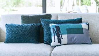 """Kussen """"UNITS"""" doet zijn naam eer aan door de moderne, grafische print. Het sierkussen heeft een fijn formaat van 30 x 50 cm, en is daardoor leuk te combineren met bijvoorbeeld een vierkant kussen. """"UNITS"""" van COCO maison is uitgevoerd in meerdere blauw- en groentinten en wordt inclusief vulling verkocht."""