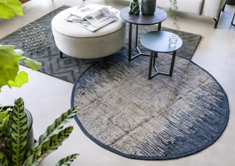 Bijzettafel PENGE van COCO maison is een set bestaande uit twee bijzettafels. De kleinere is 40 x 40 cm in een staal blauwe kleur, en de grotere 50 x 50 cm in donkerbruin hout. PENGE biedt dus volop tafelruimte en is daarmee ook leuk te gebruiken als salontafel als je kleiner behuisd bent.