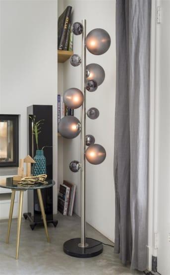 """Een goed lichtplan is belangrijk in huis, en met deze 5-lamps vloerlamp """"RITA"""" van COCO maison komt dat zeker goed! """"RITA"""" heeft een strak ontwerp met een speels uiterlijk door de verschillende maten lichtbollen. """"RITA"""" is voorzien van een dimmer, zodat je ieder moment van de dag de gewenste sfeer kunt bepalen. Lichtbronnen niet inbegrepen."""