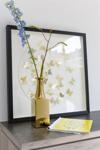 Wauw! Vind je onze schaduw-box BUTTERFLIES ook niet prachtig? De goud metalen vlinders in de lijst zijn zo bevestigd dat ze een prachtig schaduwspel opleveren door het licht wat erop valt. Deze wanddecoratie gaat zeker niet vervelen! Deze schaduw-box is ook mooi in combinatie met andere lijsten van COCO maison om zo een mooie collage tegen je muur te creëren.