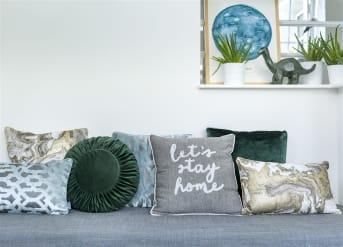 Kissen Stay Home von COCO maison lädt dazu ein, zu Hause zu bleiben. Das kuschelig weiche Kissen ist auf einer Seite grau und hat einen schönen Print mit Perlen. Die Rückseite des Kissens ist weiß, Du kannst also wechseln, wie Du möchtest. Dank der neutralen Farben passt dieses Kissen in fast jedes Interieur.