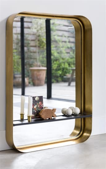 Wandspiegel ANNABEL verdient zeker een plekje in jouw huis! ANNABEL van COCO maison staat namelijk prachtig in een hal, toilet of badkamer. De wandspiegel heeft mooie, afgeronde hoeken, een geborsteld antiek gouden omlijsting, en een handig plankje waar je nog wat spulletjes op kwijt kunt. Wandspiegel ANNABEL heeft een afmeting van 60 x 85 cm.