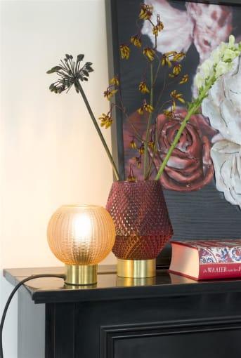 """Bloemen aan de muur zijn weer helemaal hot! Vind je het wat te heftig om gelijk een behang ervan te gebruiken, kies dan voor een schilderij zoals ANTIQUE ROSE van COCO maison. ANTIQUE ROSE geeft direct een mooie sfeer in huis door de donkere en dieprode kleuren. Het schilderij is van hout gemaakt en de rozen liggen er met een 3D effect op van metaal. """"ANTIQUE ROSE"""" heeft een afmeting van 73 x 90 cm."""