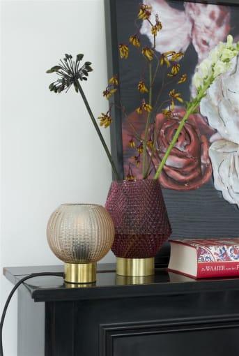 """Tafellamp """"LANNY"""" van COCO maison is een prachtige lamp met een licht getint glas wat voor extra sfeer zorgt. Ook de geborstelde goudkleurige voet maakt de lamp extra elegant. Het item past daardoor heel mooi in een industrieel chique inrichting. Tafellamp """"LANNY"""" wordt geleverd exclusief lichtbron. De tafellamp is verkrijgbaar in groen en beige."""