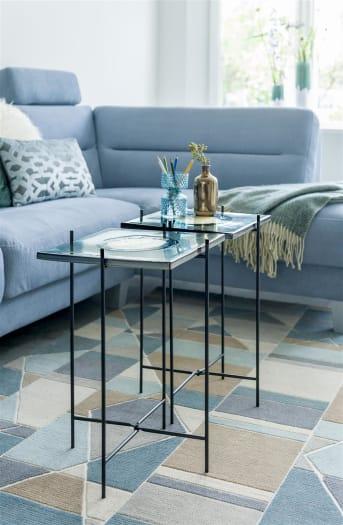 La table d'appoint OVO de la marque COCO maison est dotée d'un plateau carré ainsi que d'une structure métallique épurée. Avec son format idéal de 30cm x 30cm, le modèle OVO offre la place suffisante sans empiéter sur l'espace. Son plateau constitue à lui seul une jolie décoration dans votre intérieur!