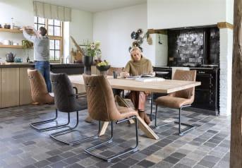 Dieser robuste und zeitgemäße Esszimmerstuhl Armin von Henders & Hazel ist ein wunderbarer Stuhl mit modernem Design. Das Gestell des Stuhls ist aus schwarzem Metall. Die Sitzfläche des Stuhls ist mit dem stoff Secilia in der Farbe Anthrazit bezogen. Auffällig sind die verspielten Nähte auf der Vorder- und Rückseite des Stuhls, die für einen schicken Look sorgen. Mit dem runden Griff an der Rückenlehne können Sie den Armin leicht verschieben.