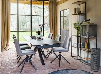 Moderne, cette table à manger extensible fait partie de la collection Multiplus signée H&H. Son pied original la rend particulièrement moderne. Ce meuble anthracite peut s'allonger de 40 cm des deux côtés. Cette table existe dans deux dimensions : 170 cm x 90 cm et 200 cm x 90 cm.