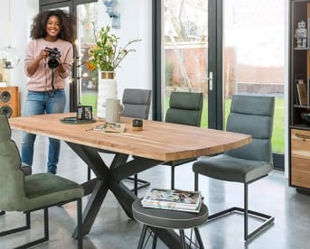 """Deze prachtig grote massief kikar houten eetkamertafel """"PERIGU"""" is maar liefst 250 cm lang en biedt dus genoeg ruimte voor gezellige etentjes met heel het gezin en familie of vrienden. Door het stoere, zwart gekruiste onderstel kun je ideaal rondom de tafel een aantal stoelen kwijt, wat het meubel extra praktisch maakt."""