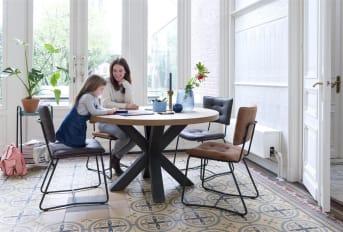 """Moderne, la <a href=""""/hh/tables/tables-a-manger/"""">table à manger ronde</a> de la collection Metalox signée HetH allie la chaleur du bois et le design du métal, traduit en un pied robuste. Son design épuré confère à cette table à manger un superbe style moderne. Un véritable indispensable pour les amateurs de meubles modernes et robustes."""