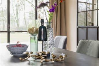 Ga voor een vleugje sjiek! Kaarsenstandaard LINA van COCO maison heeft een wat klassieke en vintage uitstraling, dit door zijn vormgeving en gouden kleur. De kaarsenstandaard biedt plaats voor 3 waxinelichtjes en is gedecoreerd met bladeren en twee vogeltjes. Door het formaat is LINA zowel mooi te gebruiken op een salontafel als op een eetkamertafel.