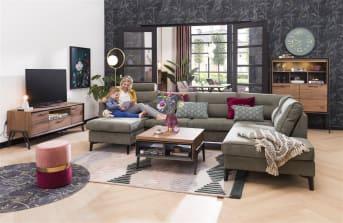 Dit houten lowboard uit de Janella collectie van Happy@Home heeft een modern industrieel uiterlijk. Het lowboard is 150 cm breed, heeft 2 deuren, 1 lade en 1 niche voorzien van ledverlichting. Het stoere, tikkeltje industriële uiterlijk dankt dit meubel aan de combinatie van eikenfineer en metalen accenten. Het eikenfineer is afgelakt in de kleur choco brown. Een stoer en robuust tv-meubel. In de Janella collectie zijn ook nog andere afmetingen leverbaar.