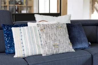 Kussen Liva van COCO maison brengt een heerlijke zomerse sfeer in huis. De voorzijde van Liva is voorzien van een subtiel patroon in okergeel en blauw en bevat geborduurde versieringen. De achterzijde is effen van kleur. Dit vrolijke sierkussen heeft een afmeting van 45 x 45 cm.